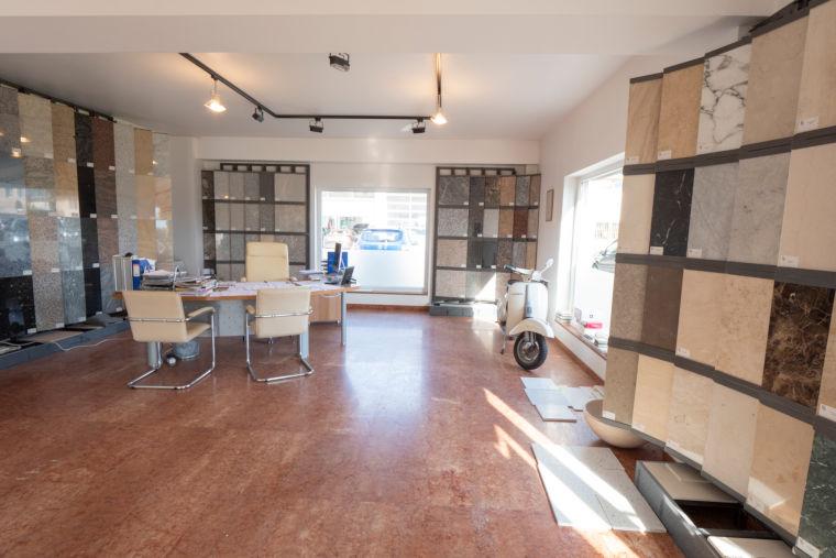 Firmenraum von innen der Firma Kumschier & Lombardo Naturstein GmbH & Co. KG in Flintsbach am Inn