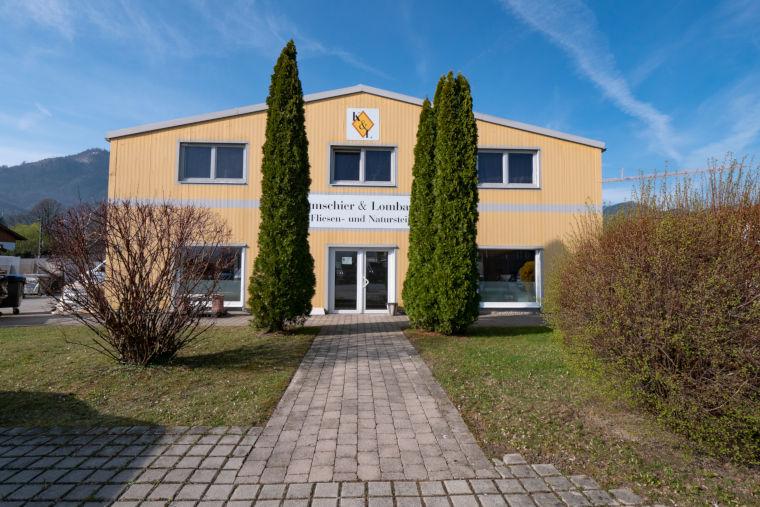 Firmengebäude der Firma Kumschier & Lombardo Naturstein GmbH & Co. KG in Flintsbach am Inn