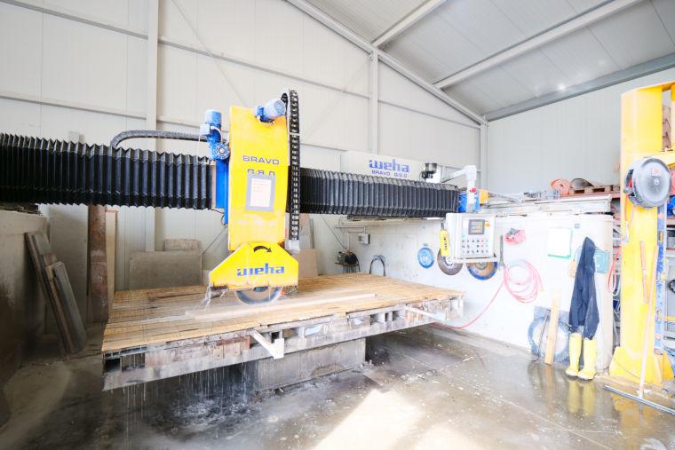 Schleifmaschine der Firma Kumschier & Lombardo Naturstein GmbH & Co. KG in Flintsbach am Inn